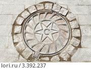 Купить «Канализационный люк с изображением звезды», фото № 3392237, снято 24 сентября 2011 г. (c) Юлия Батурина / Фотобанк Лори