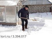 Купить «Мужчина чистит снег на дачном участке», эксклюзивное фото № 3394017, снято 24 марта 2012 г. (c) Дудакова / Фотобанк Лори