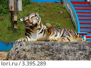 Купить «Скульптура тигра у входа в храм Тигриная Пещера (Tiger cave), Таиланд», фото № 3395289, снято 30 марта 2012 г. (c) Светлана Колобова / Фотобанк Лори