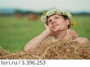 Купить «Мечтающий парень в венке», фото № 3396253, снято 31 июля 2011 г. (c) Роман Журавлев / Фотобанк Лори