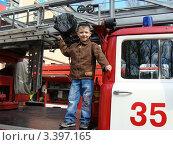 Мальчик на пожарной машине (2011 год). Редакционное фото, фотограф Валерий Борисенко / Фотобанк Лори