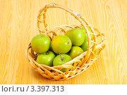 Купить «Корзинка с яблоками сорта Симиренко на столе», фото № 3397313, снято 3 марта 2012 г. (c) Сергей Дубров / Фотобанк Лори