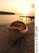 Купить «Лодка на песке на берегу моря», фото № 3397605, снято 29 мая 2020 г. (c) Sea Wave / Фотобанк Лори
