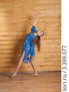 Девочка в голубом платье танцует около деревянной стены. Стоковое фото, фотограф Армен Богуш / Фотобанк Лори