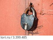 Старый ржавый навесной замок на воротах гаража. Стоковое фото, фотограф Ладанюк Денис / Фотобанк Лори