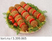 Шашлычки с мясными шариками, сладким перчиком и помидорами. Стоковое фото, фотограф Чукова Жанна / Фотобанк Лори