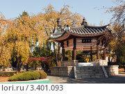 Купить «Золотая осень и беседка в восточном стиле в парке Национального мемориального кладбища Сеула в ясный осенний день», фото № 3401093, снято 2 ноября 2010 г. (c) Ольга Липунова / Фотобанк Лори