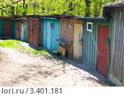 Разноцветные гаражи. Стоковое фото, фотограф Наталья Гаврилястая / Фотобанк Лори