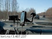 Купить «Видеорегистратор и навигатор на лобовом стекле движущего автомобиля», фото № 3407237, снято 25 марта 2012 г. (c) Виктор Карасев / Фотобанк Лори
