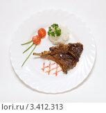 Бараньи ребрышки  с гарниром на белой тарелке. Стоковое фото, фотограф Мария Усманова / Фотобанк Лори