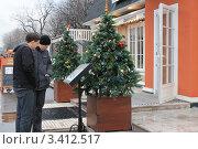Мужчины у ресторана изучают меню (2011 год). Редакционное фото, фотограф Мария Волочек / Фотобанк Лори