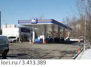 Купить «Здание АЗС ТНК в Москве», фото № 3413389, снято 4 апреля 2012 г. (c) Андрей Ерофеев / Фотобанк Лори