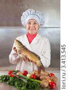 Купить «Женщина-повар с сырым карпом и продуктами на кухне», фото № 3413545, снято 16 октября 2011 г. (c) Яков Филимонов / Фотобанк Лори
