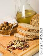 Хлеб с семенами, сухофрукты и оливки на разделочной доске. Стоковое фото, фотограф valentina vasilieva / Фотобанк Лори