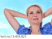 Веселая девушка сидит скрестив руки за головой и мечтает. Стоковое фото, фотограф Симон Герреро Ушаков / Фотобанк Лори