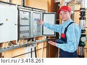 Купить «Электрик проверяет данные», фото № 3418261, снято 5 марта 2012 г. (c) Дмитрий Калиновский / Фотобанк Лори