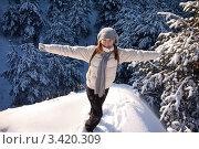 Купить «Счастливая девушка на вершине горы зимой», фото № 3420309, снято 23 января 2012 г. (c) Карелин Д.А. / Фотобанк Лори