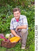 Купить «Мужчина с овощами», эксклюзивное фото № 3422489, снято 18 сентября 2011 г. (c) Майя Крученкова / Фотобанк Лори