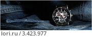 Мужские наручные часы Wenger COMMANDO OPEN DATE на джинсовом фоне (2012 год). Редакционное фото, фотограф Фёдоров Евгений / Фотобанк Лори