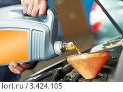 Купить «Мужчина наливает моторное масло в воронку», фото № 3424105, снято 31 марта 2012 г. (c) Дмитрий Калиновский / Фотобанк Лори