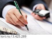 Купить «Бизнесмен с мобильным телефоном в руке подсчитывает и записывает финансовые итоги деятельности», фото № 3425289, снято 8 ноября 2011 г. (c) Илья Андриянов / Фотобанк Лори