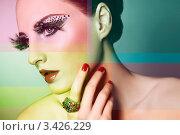 Портрет девушки с фэшн макияжем с накладными ресницами и стразами. Стоковое фото, фотограф Oleg Gekman / Фотобанк Лори