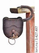 Купить «Старый навесной замок с ключом висит на заборе», эксклюзивное фото № 3427497, снято 23 февраля 2019 г. (c) Елена Коромыслова / Фотобанк Лори