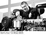 Купить «Рабочий в цеху», фото № 3432665, снято 28 февраля 2008 г. (c) Эдуард Стельмах / Фотобанк Лори