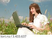 Купить «Улыбающаяся девушка работает за ноутбуком в поле», фото № 3433637, снято 10 июня 2008 г. (c) Эдуард Стельмах / Фотобанк Лори