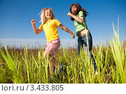 Купить «Радостные мама и дочь бегут по полю», фото № 3433805, снято 9 июня 2008 г. (c) Эдуард Стельмах / Фотобанк Лори