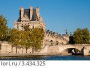 Купить «Вид на знаменитый музей Лувр с Сены. Париж, Франция», фото № 3434325, снято 16 июня 2019 г. (c) katalinks / Фотобанк Лори