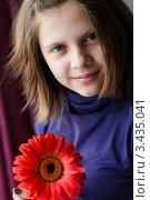 Купить «Девочка подросток с красным цветком гербера», эксклюзивное фото № 3435041, снято 12 апреля 2012 г. (c) Игорь Низов / Фотобанк Лори