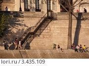 Купить «Молодежь на набережной в Париже», фото № 3435109, снято 16 июня 2019 г. (c) katalinks / Фотобанк Лори
