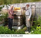 Купить «Пчеловоды за работой», фото № 3436249, снято 26 августа 2006 г. (c) Ирина Борсученко / Фотобанк Лори