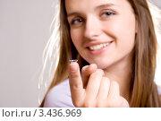 Девушка показывает контактную линзу. Стоковое фото, фотограф Типляшина Евгения / Фотобанк Лори