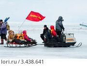 Снегоход везет сани с пассажирами (2012 год). Редакционное фото, фотограф Александр Подшивалов / Фотобанк Лори