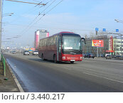"""Купить «Автобус № 974 """"Ярославль - Москва"""" едет по Щелковскому шоссе. Москва», эксклюзивное фото № 3440217, снято 15 апреля 2012 г. (c) lana1501 / Фотобанк Лори"""