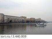 Яхта-ресторан плывет по Москве-реке (2012 год). Редакционное фото, фотограф Наталия Журова / Фотобанк Лори