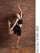 Девочка, танцующая около кирпичной стены. Стоковое фото, фотограф Армен Богуш / Фотобанк Лори