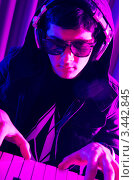 Купить «Молодой диджей играет на синтезаторе», фото № 3442845, снято 11 февраля 2012 г. (c) Elnur / Фотобанк Лори