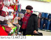 Купить «Женщина выбирает салфетку», эксклюзивное фото № 3447213, снято 1 апреля 2012 г. (c) Вячеслав Палес / Фотобанк Лори