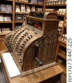 Винтажный кассовый аппарат в магазине шоколада в Брюсселе (2012 год). Редакционное фото, фотограф Екатерина Ильина / Фотобанк Лори