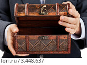 Бизнесмен открывает старинную деревянную шкатулку. Стоковое фото, фотограф Илья Андриянов / Фотобанк Лори
