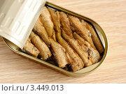 Купить «Аппетитные шпроты в жестяной банке», фото № 3449013, снято 17 апреля 2012 г. (c) Володина Ольга / Фотобанк Лори