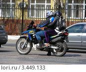 Купить «Мотоциклист едет по улице Ростокинский проезд . Москва», эксклюзивное фото № 3449133, снято 30 апреля 2011 г. (c) lana1501 / Фотобанк Лори