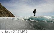 Купить «Фотограф идет по замерзшему озеру», видеоролик № 3451913, снято 16 апреля 2012 г. (c) Коваль Василий / Фотобанк Лори