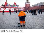 Купить «Дворник убирает мусор на Красной площади в центре города Москвы, Россия», эксклюзивное фото № 3452073, снято 3 марта 2012 г. (c) Николай Винокуров / Фотобанк Лори