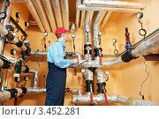 Купить «Ремонтник инспектирует систему отопления и оборудование в котельной», фото № 3452281, снято 5 марта 2012 г. (c) Дмитрий Калиновский / Фотобанк Лори