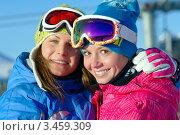 Две радостные сноубордистки в спортивной экипировке. Стоковое фото, фотограф Владимир Логутенко / Фотобанк Лори