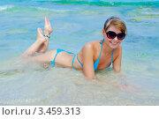 Симпатичная молодая девушка лежит на песчаном морском берегу. Стоковое фото, фотограф Владимир Логутенко / Фотобанк Лори